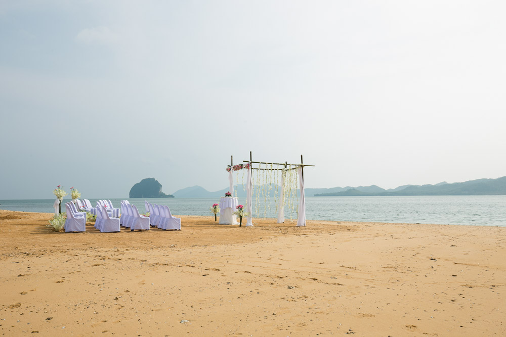 Mandy & Lim choose to stay in Koh Yao Noi and traveling by their private yacht to get married on Small Island next from Koh Yao Noi